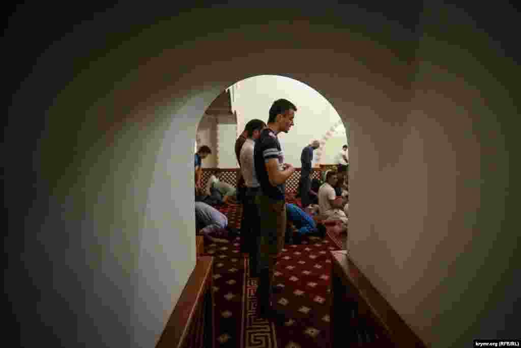 Aqmescitniñ merkeziy Kebir camisinde birinci umumiy iftar keçti, 2015 senesi iyün 18 künü