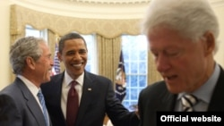 Буш, Обама ва Клинтон (чапдан ўнгга), 2010 йил