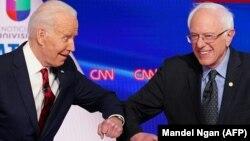 بحران کرونا؛ جو بایدن و برنی سندرز به جای دست دادن، بازوهای خود را به یکدیگر زدند.