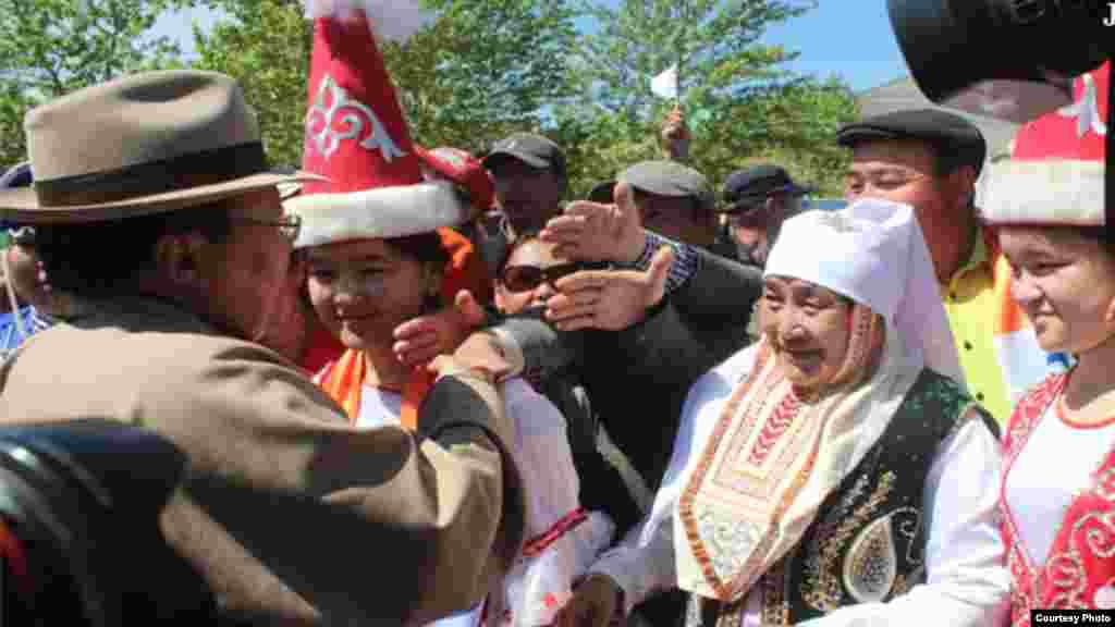 Президент Монголии Цахиагийн Элбэгдорж (на фото слева) 6 июня объявил, что потерявшие гражданство этой страны местные казахи восстанавливают свое монгольское гражданство. Эти казахи, живущие в Монголии, говорят, что лишились гражданства Монголии и были включены в квоту иммиграции оралманов в Казахстан по прихоти мошенников.