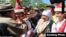 Моңғолия президенті Цахиагийн Элбэгдорж (сол жақта) Баян-Өлгийде. 6 маусым 2013 жыл. (Суретті блогер Жанарбек Ақби берді)