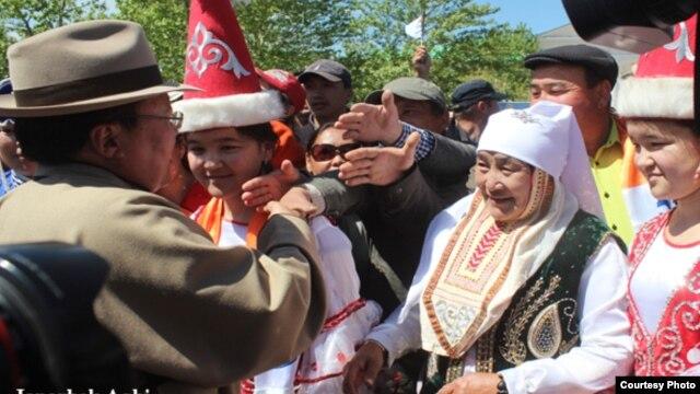 Президента Монголии Цахиагийна Элбэгдоржа встречают жители Баян-Ольгийского аймака страны. 6 июня 2013 года.