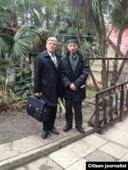 Advokat Dagir Hasavov ve Nedim Halilov (sağdan) filtratsion lagerde. Krasnodar ülkesi, Vardane qasabası, 2016 senesi dekabr ayı