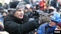 Виталий Кличко вместе с демонстрантами на Майдане в Киеве 23 января