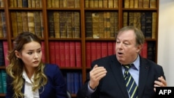 Мадина Аблязов, дочь бывшего казахстанского банкира Мухтара Аблязова, и его адвокат Жан-Пьер Миньяр. Париж, 12 октября 2015 года.