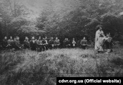 Священник проводить Службу Божу для вояків УПА