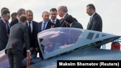 Путин менен Эрдоган «Сухой Су-57» аскер учагынын жанында. 27-август, 2019-жыл.