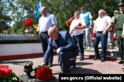 Михайло Развожаєв покладає квіти до пам'ятника загиблим в Афганістані в Сквері воїнів-інтернаціоналістів у Севастополі, 1 липня 2020 року