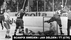 Շվեդիա - Դրվագ պատմական հանդիպումից․ Յան Սուխին գրավում է խորհրդային թիմի դարպասը՝ հաշիվը դարձնելով 1:0, Ստոկհոլմ, 21-ը մարտի, 1969թ․