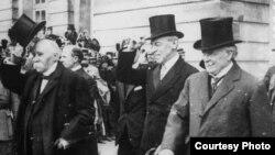 Слева направо: премьер-министр Франции Жорж Клемансо, президент США Вудро Вильсон и премьер-министр Великобритании Дэвид Ллойд Джордж во время Парижской мирной конференции, 1919