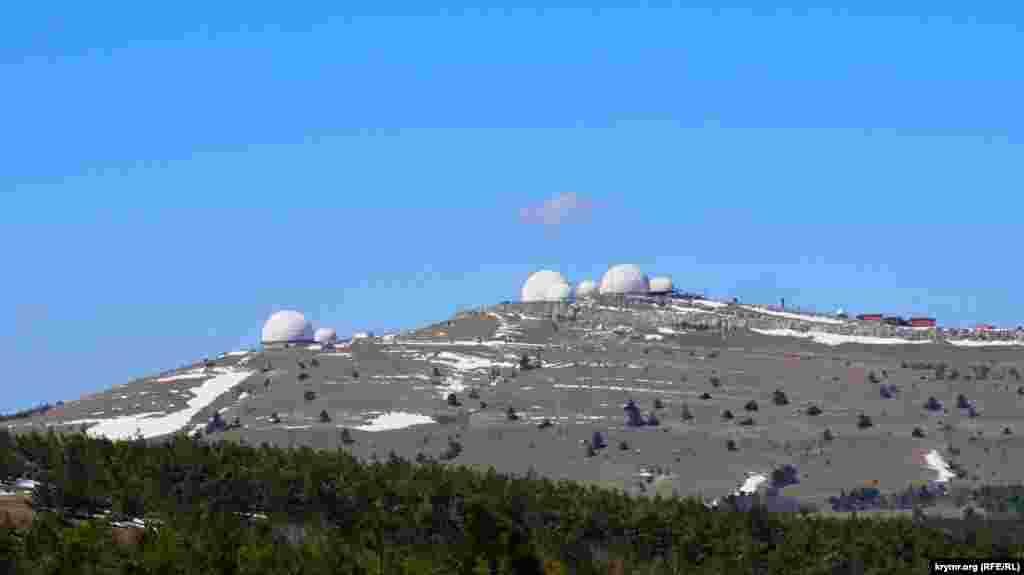 Ay Petri platosında Beden Qırna dağınıñ töpesinde radiolokatsiya stantsiyalarınıñ kompleksi