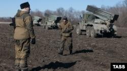 Проросійські сепаратисти біля своєї військової техніки у Донецькій області, архівне фото