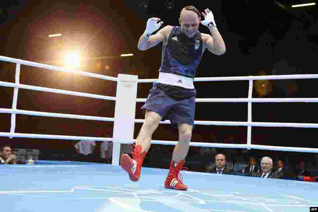 Боксер Денис Беринчик танцює гопак на ринзі. Срібло у ваговій категорії до 64 кілограмів.