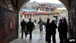 Кырымтатарлар Бакчасарайда хан мәчете янында сөйләшеп тора