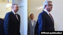 Президенты Армении и Азербайджана - Серж Саргсян (справа) и Ильхам Алиев собираются начать переговоры в Санкт-Петербурге, 20 июня 2016 г.