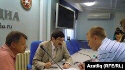 Марсель Шәмсетдинов (с) һәм Павел Сигал журналистлар белән очрашты