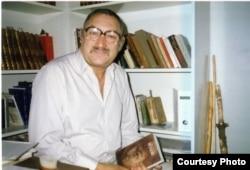 """Фридрих Горенштейн с """"Псаломом"""" в руках. 1986"""