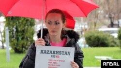 Ирина Медникова у посольства США в Казахстане с плакатом, на котором написано на английском языке, что в Казахстане «нет свободы слова, свободных СМИ, справедливых выборов и демократии». Алматы, 12 апреля 2010 года.