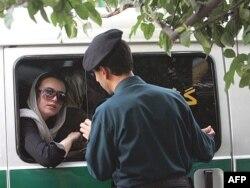 """Iran - Polis """"İslami geyim qaydaları""""nı pozmuş qadını saxlayıb, Tehran, 2007"""