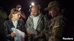 Представники української сторони під час обміну полоненими, архівне фото