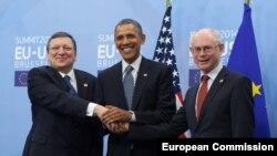 Голова Єврокомісії Жозе Мануель Баррозу (ліворуч), президент США Барак Обама (центр), голова Європейської ради Герман Ван Ромпей (проворуч), Брюссель, 26 березня 2014 року