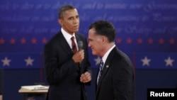 Presidenti Barack Obama dhe kandidati republikan Mitt Romney gjatë debatit të dytë...
