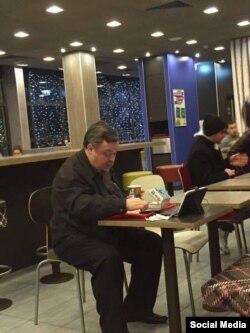 Протоиерей Всеволод Чаплиннің Макдональдсте түстеніп отырған сәті