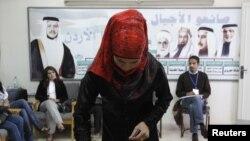 إمرأة اردنية تدلي بصوتها في الانتخابات