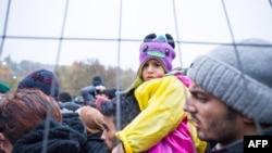 Мигранты и беженцы на границе Словении и Австрии.