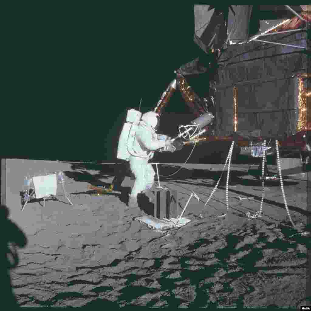 """В ходе миссии """"Аполлон-14"""" астронавт Алан Шепард сделал клюшку для гольфа и ударил по мячу - по его словам, мяч улетел на """"мили и мили""""."""