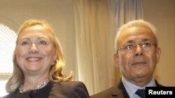 Sekretarja amerikane e Shtetit, Hillari Klinton, dhe Kreu i Këshillit opozitar Sirian Kombëtar, Burhan Galiun.