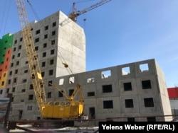 Строительство нового жилого комплекса «Шапагат» на месте снесенных многоэтажек «Бесобы» ведется уже более семи лет. Караганда, 17 марта 2019 года.
