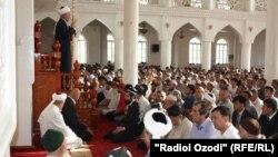Tajikistan -- Dushanbe, Eid al Fitr, mosque, Mahmadsaid Ubaydulloev deputy of Dushanbe, Saidmukaram Abdulqodirzoda mufti, masjid, August 08, 2013.
