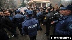 Отставки гамгебели сопровождались акциями протеста местных жителей, причем нередко в радикальной форме