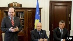 Ambasadori amerikan, Kristofer Dell, presidenti Fatmir Sejdiu dhe kryeministri Hashim Thaçi, 14 shtator 2009