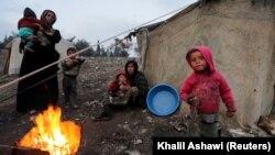 زنان و کودکانی که از درگیریهای ادلب گریختهاند در عفرین (عکس ۶ فوریه )