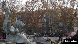 Առնո Բաբաջանյանի արձանը Երեւանում:
