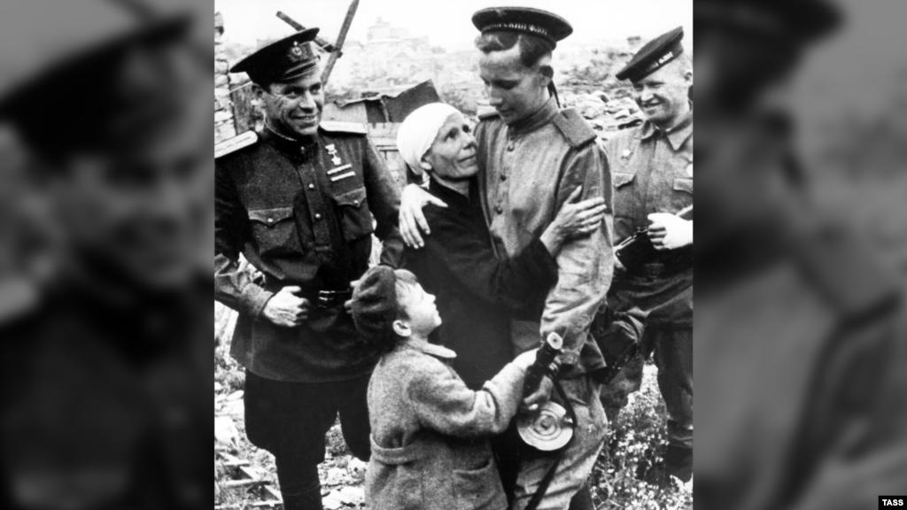 На фото в центрі – молодий моряк Дмитро Вольнов, учасник оборони Севастополя і звільнення міста, зустрічається з матір'ю і братом, які пережили окупацію
