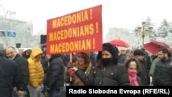 Makedoniya parlamentinin qarşısına ad dəyişikliyinə etiraz edənlər toplaşmışdı