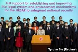 Гонконг басшысы Кэрри Лам (ортада) Пекин ұсынған қауіпсіздік заңына қатысты баспасөз мәслихатында сөйлеп тұр. Гонконг, 22 мамыр 2020 жыл.