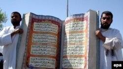 Bəsrədə nümayişçilər əllərində böyük nüsxəli Quranı tuturlar, İraq, 18 sentyabr 2006