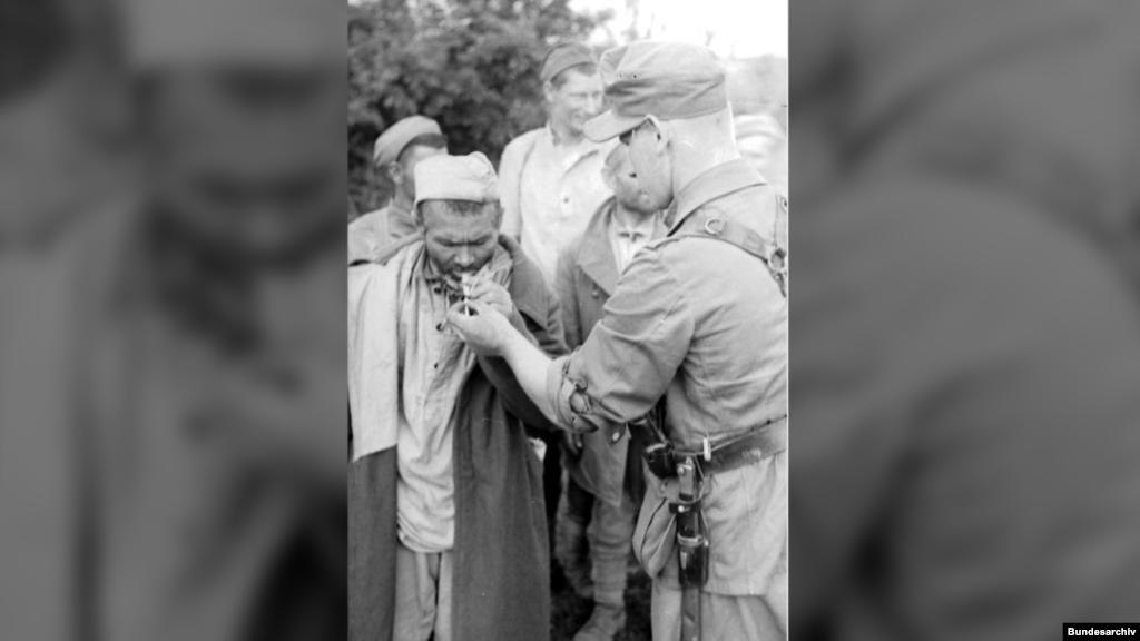 В нацистских лагерях погибли миллионы советских бойцов (в том числе – сотни тысяч в Крыму), однако не все представители Третьего рейха вели себя с ними по-зверски. На фото: немецкий солдат дает прикурить советскому пленному, июнь 1943 года