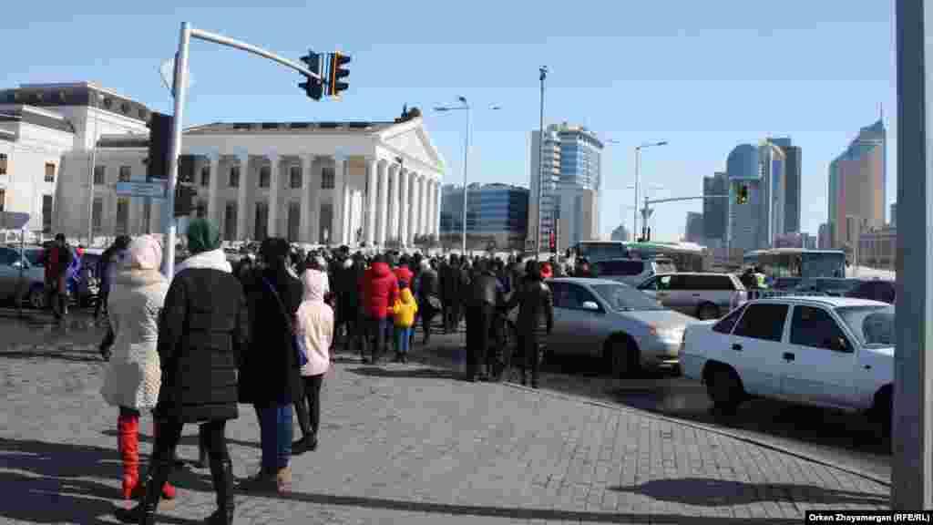 Люди на пересечении улиц, рядом с которыми проходит главное торжество.