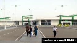 Перед зданием аэропорта в Ашхабаде