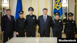 Ուկրաինայի նախագահ Պետրո Պորոշենկոն պարեկային ծառայության սպաների ներկայությամբ ստորագրել է «Ազգային ոստիկանության մասին» օրենքը, Կիև, 4-ը օգոստոսի, 2015թ․