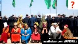 Türkmenistandaky köpçülikleýin çäreleriň birine gatnaşýan türkmenistanlylar.