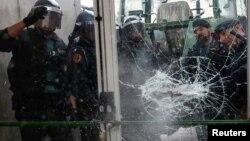 Цивільна гвардія Іспанії проривається на дільницю в місті Сан-Жуліа-де-Раміс, 1 жовтня 2017 року