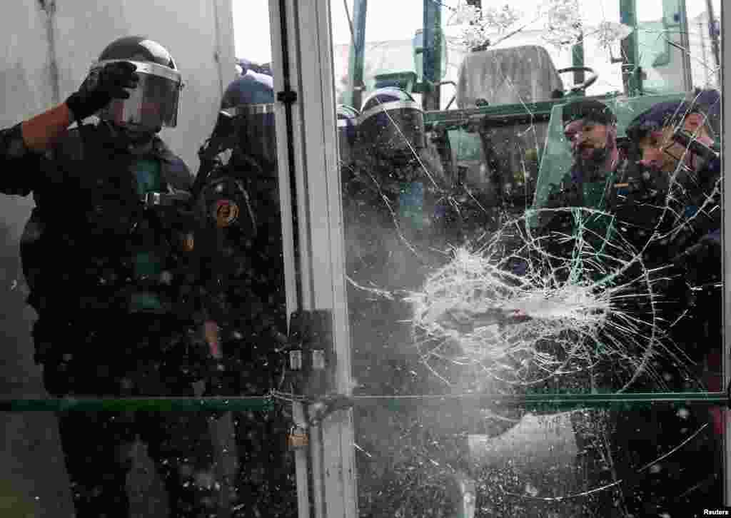 В правительстве Испании заявляют, что полиция действовала «профессионально, твердо и в соответствии с ситуацией» и что «никакого референдума или даже чего-то похожего не произошло»