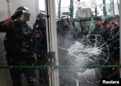 Цивільна гвардія Іспанії проривається на дільницю у місті Сан-Жуліа-де-Раміс, 1 жовтня 2017 року