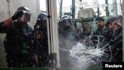 Policija razbija vrata na jednom od glasačkih mjesta u Kataloniji